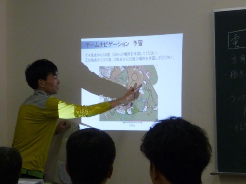 翌日のナビゲーションゲームに向けてコンパスを使った作図方法を説明