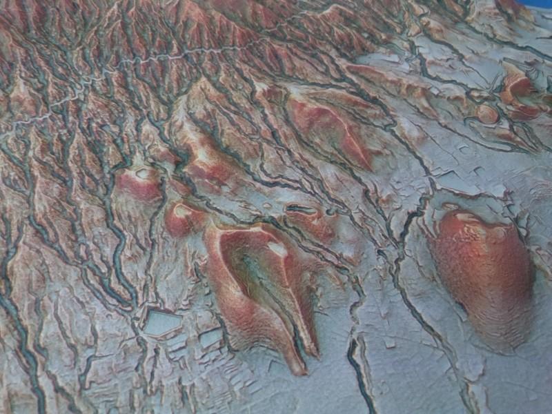 火山博物館にある赤色立体精密模型に萌え萌えしてました。77、120のあたりの地形。